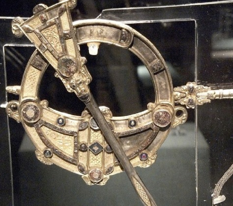 Tara Brooch - detail showing the swivel and chain